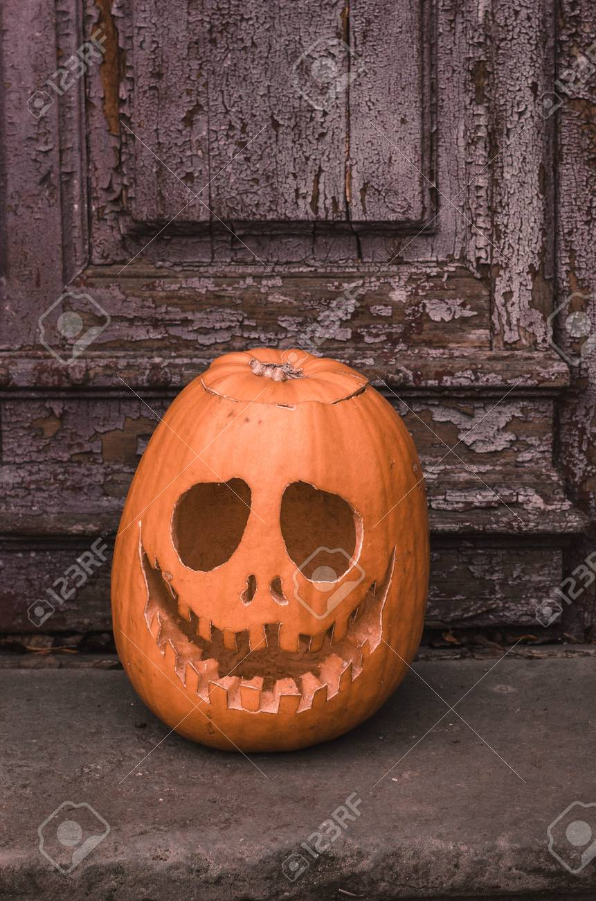 Zucche Di Halloween Terrificanti.Zucca Spaventosa Di Halloween Terrificante Con Un Sorriso Alle Vecchie Porte Di Legno Del Fondo