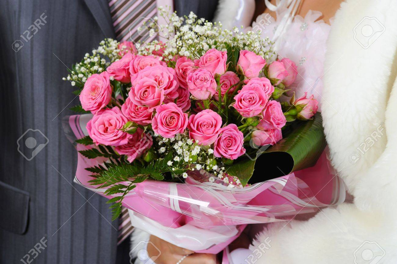 Married with a bouquet of pink roses Stock Photo - 7701573