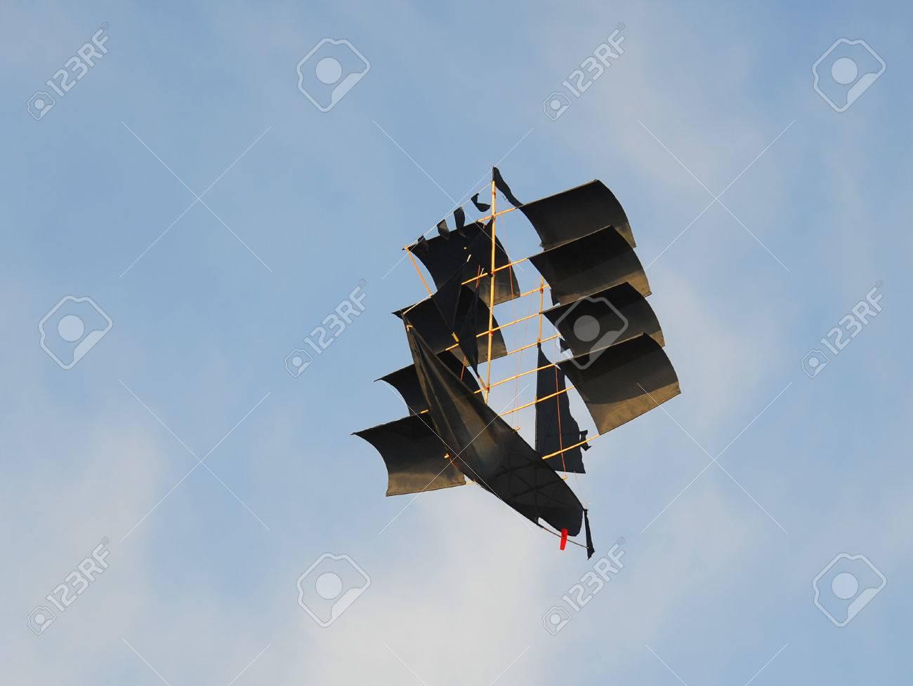 Bateau Noir Qui Vole Dans Le Ciel Ensoleille Banque D Images Et Photos Libres De Droits Image 27415087
