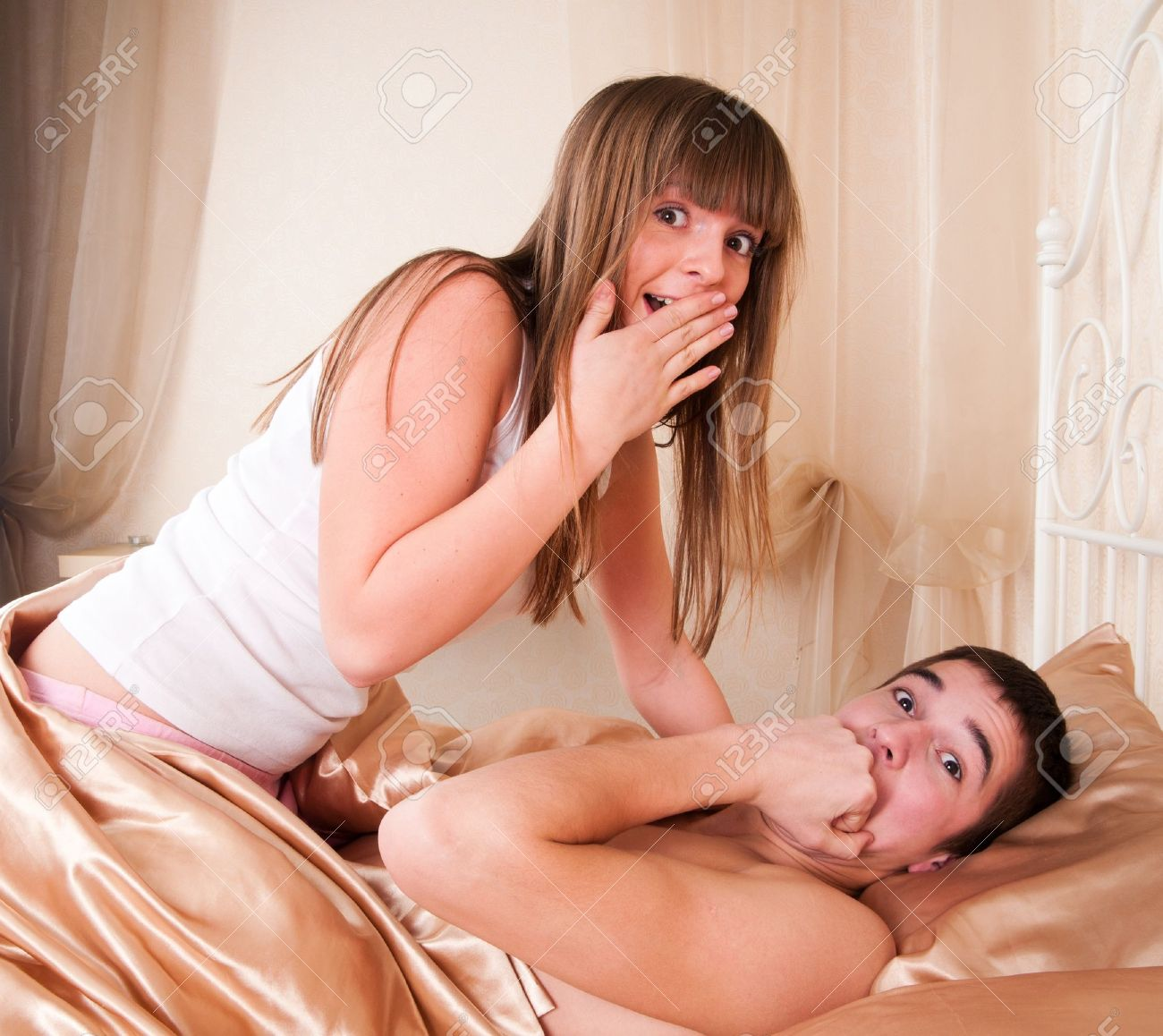 Pareja de sexo sorprendido tumbado en la cama  Foto de archivo - 9354122