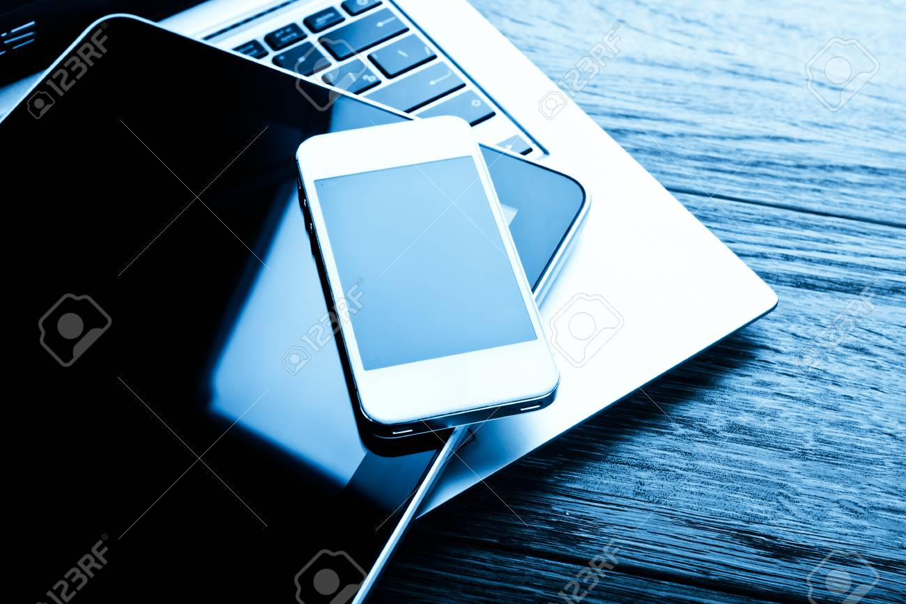 Clavier avec téléphone et tablette pc sur bureau en bois banque d