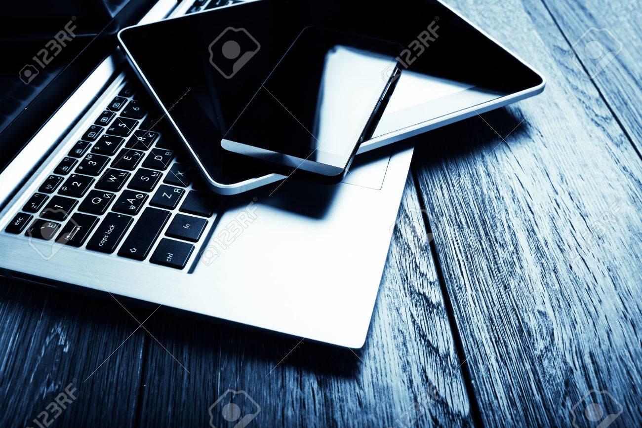 Clavier avec téléphone et tablette pc sur le bureau en bois bleu