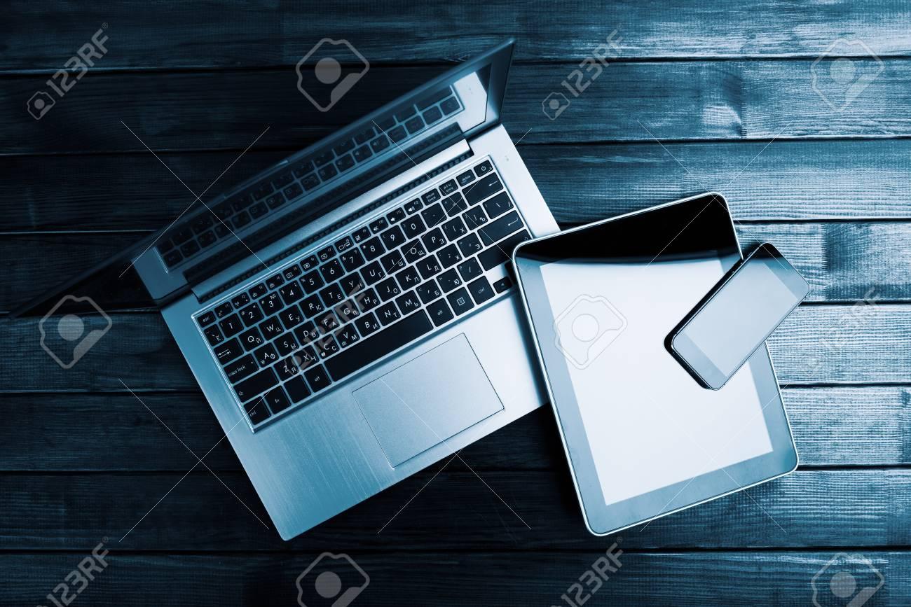 Ordinateur portable avec téléphone et tablette pc sur un bureau en