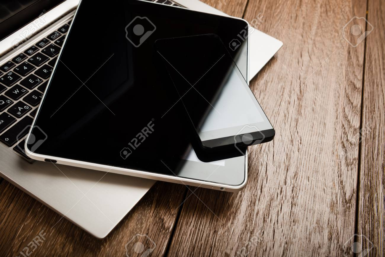 Clavier avec téléphone et tablette pc sur un bureau en bois banque