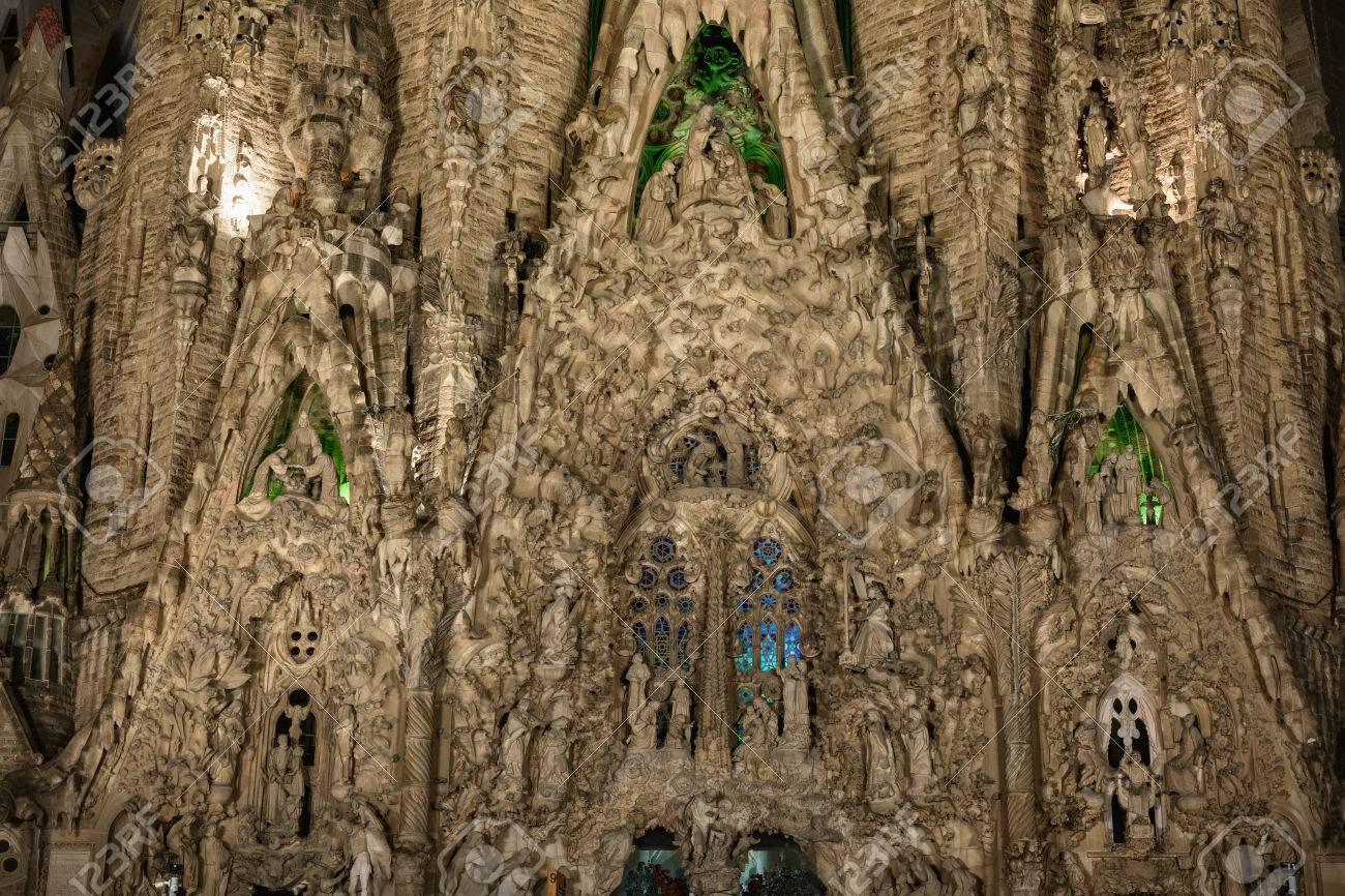 cerrar vista a la fachada de la natividad en la baslica de la sagrada familia por