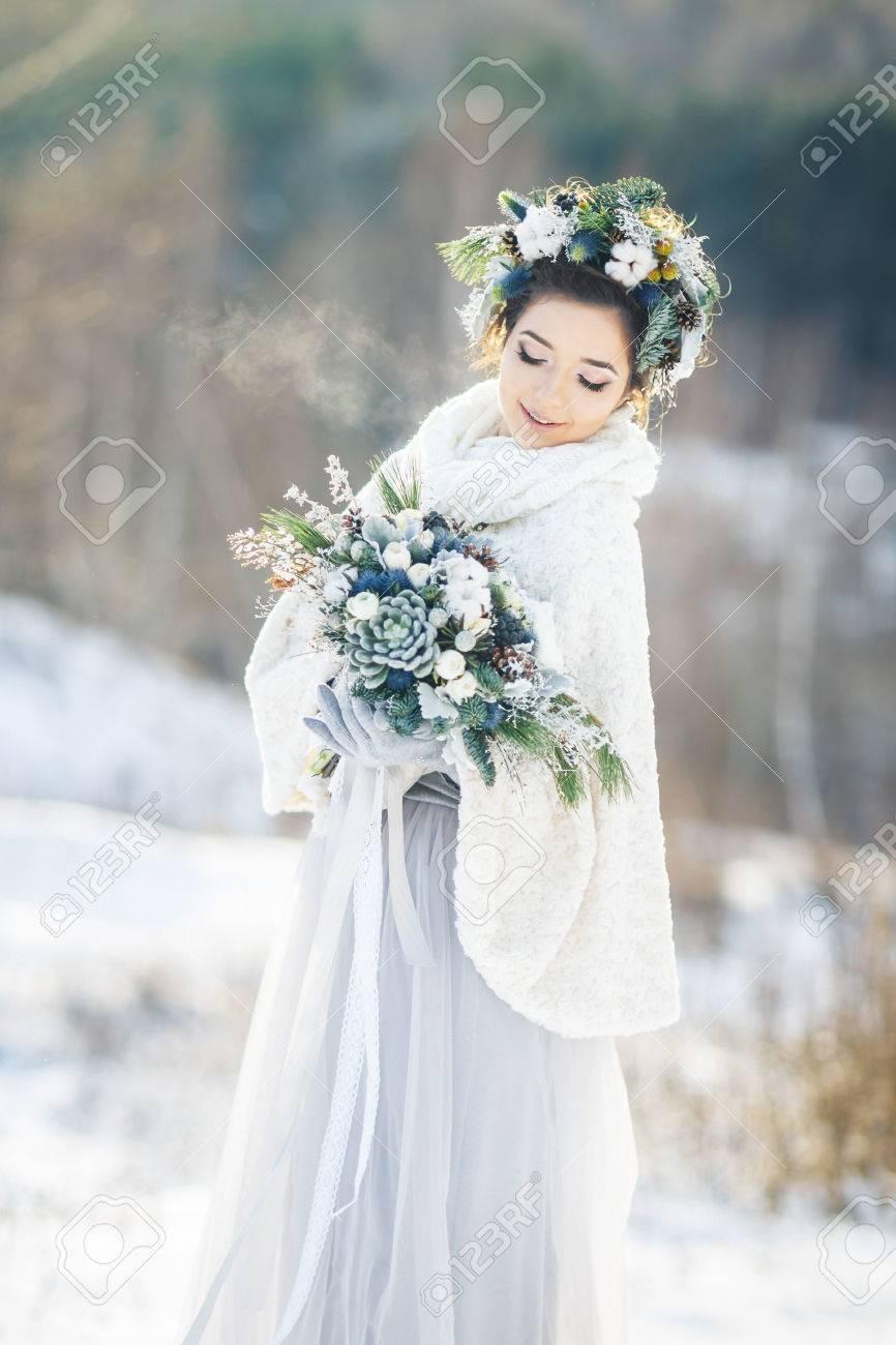 Nette Braut Mit Einem Blumenstrauss Winter Hochzeit Bouquet