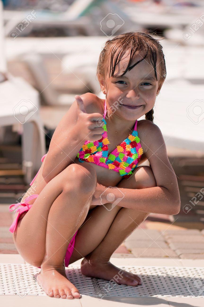0c913287de83 Niña en traje de baño