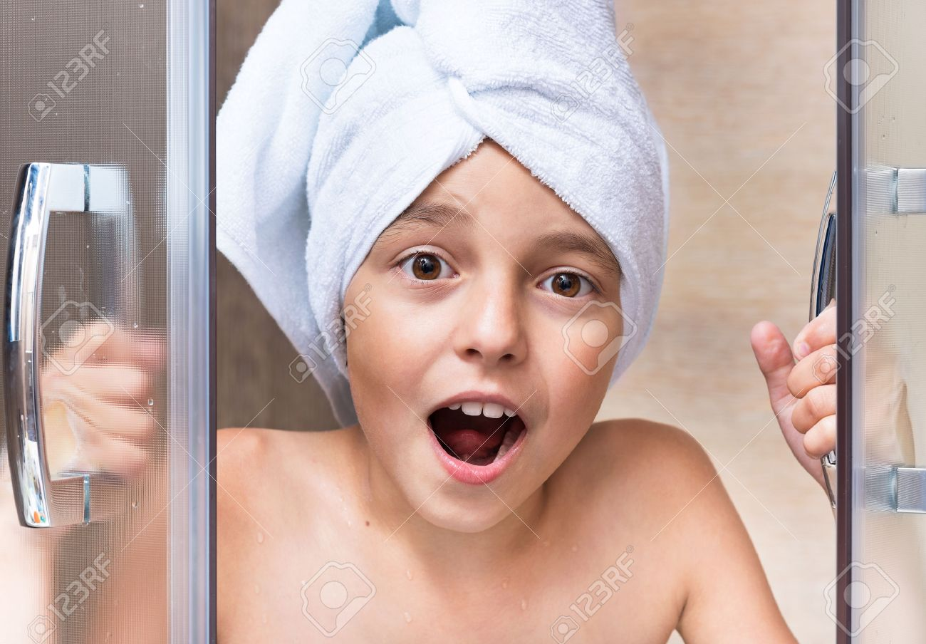Fille A La Douche portrait de jeune fille avec une serviette sur la tête. fille prend