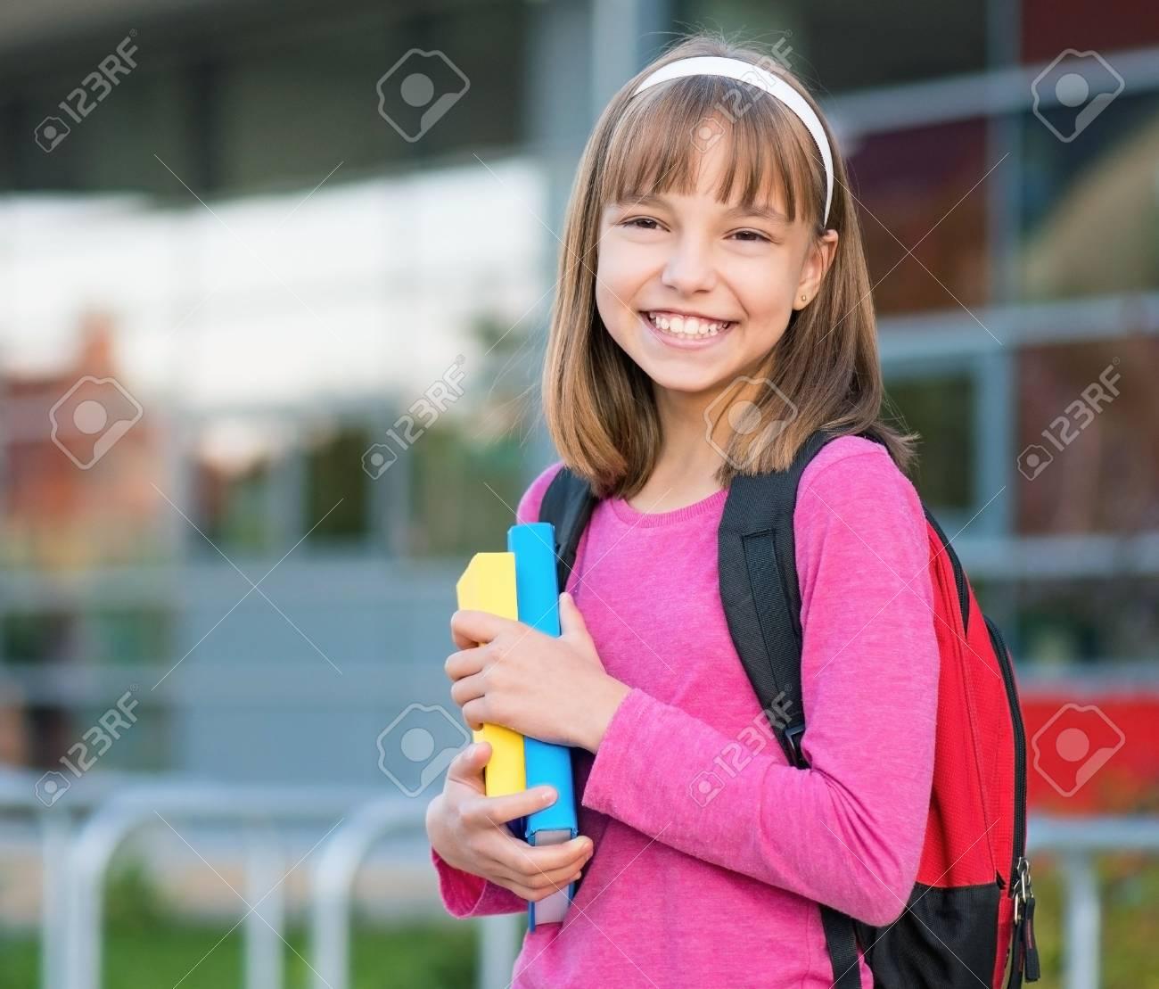 Outdoor Portrait D Une Jeune Fille Heureuse 10 11 Ans Avec Le Livre Et Sac A Dos Retour Au Concept De L Ecole