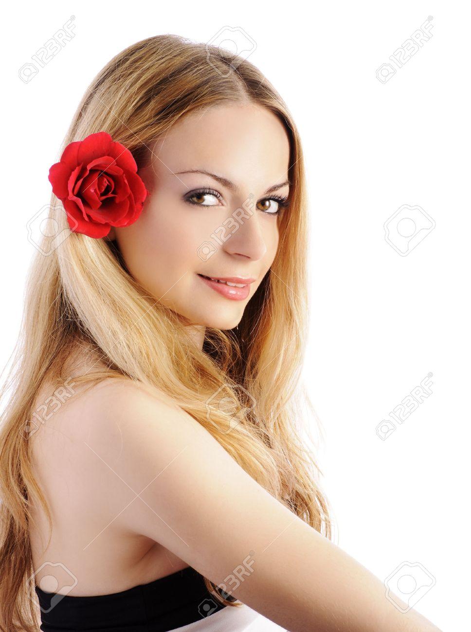 Девушка в цветком в волосах