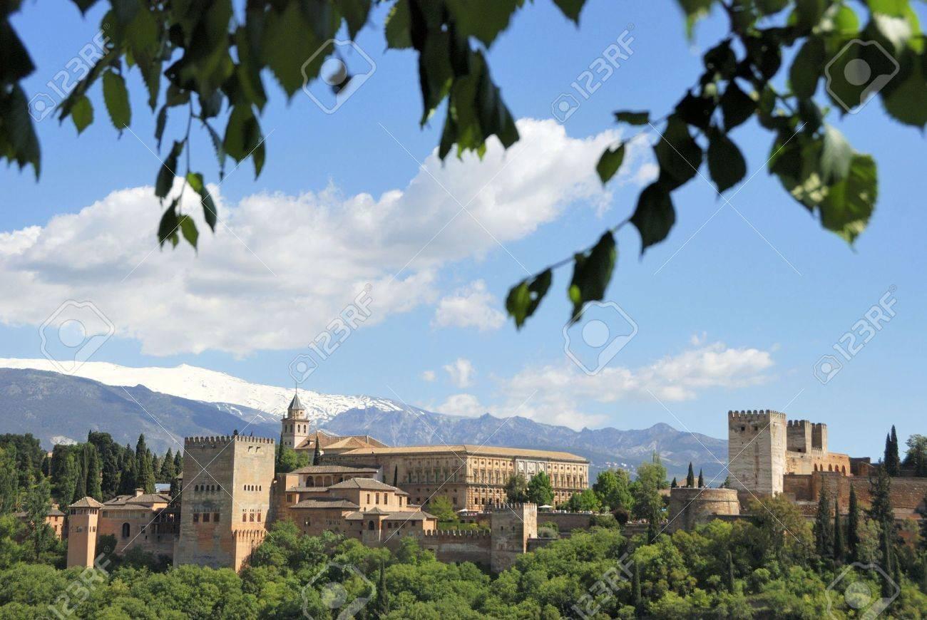 Alhambra A Grenade Espagne Vu De La Vieille Ville A L Arriere Plan Les Montagnes De La Sierra Nevada Couvert De Neige L Alhambra Est Un Site Du Patrimoine Mondial De L Unesco Banque D Images Et