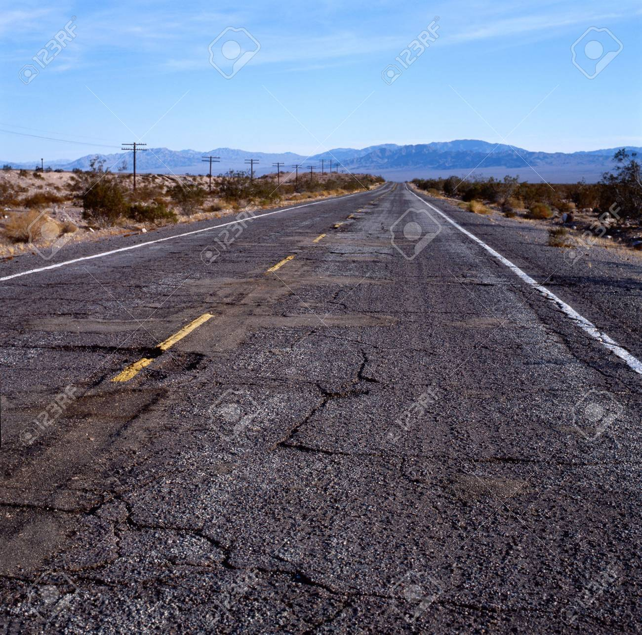 "Pontiac façon ""Mad Max"" 1/24 avec base/décor  5982184-The-old-Route-66-with-damaged-pavement-in-the-Mohave-desert-California-U-S-A--Stock-Photo"