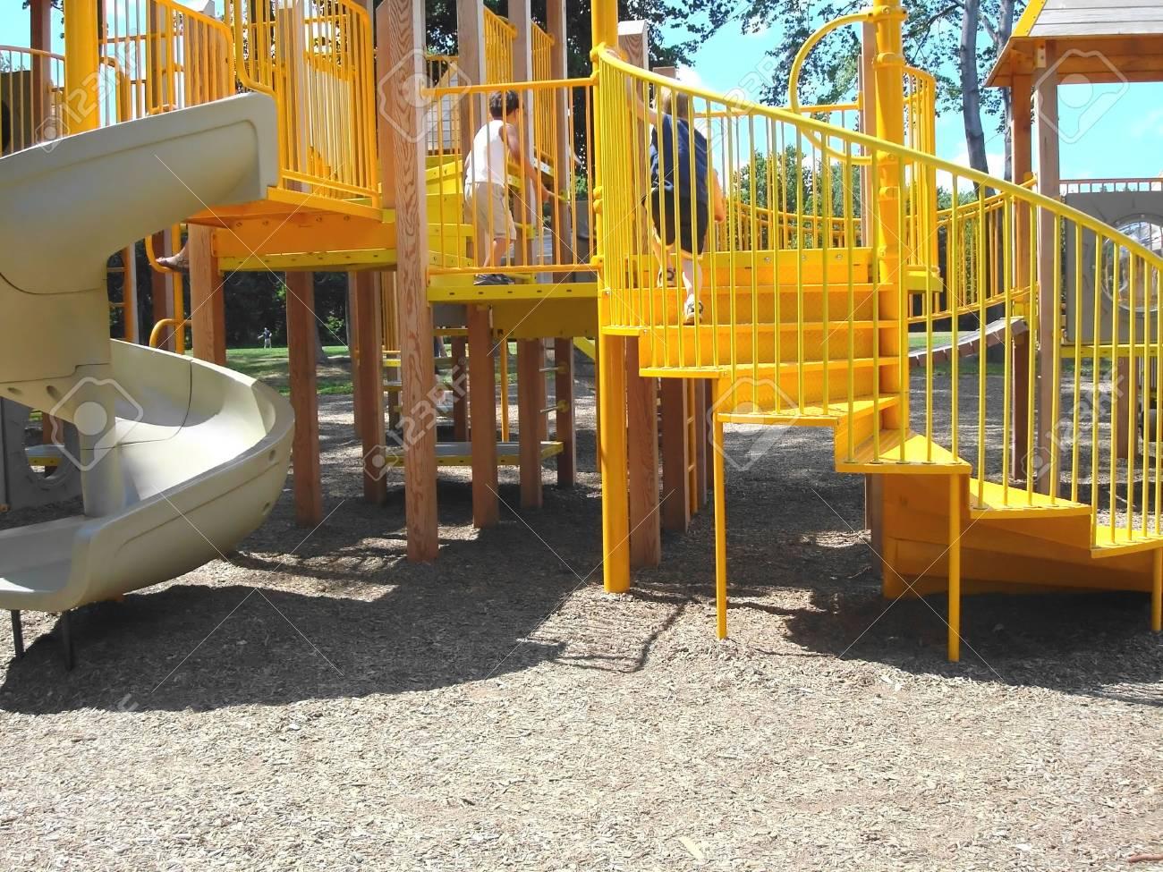 Klettergerüste Für Kinder : Spielplatz für kinder mit rutsche und klettergerüst