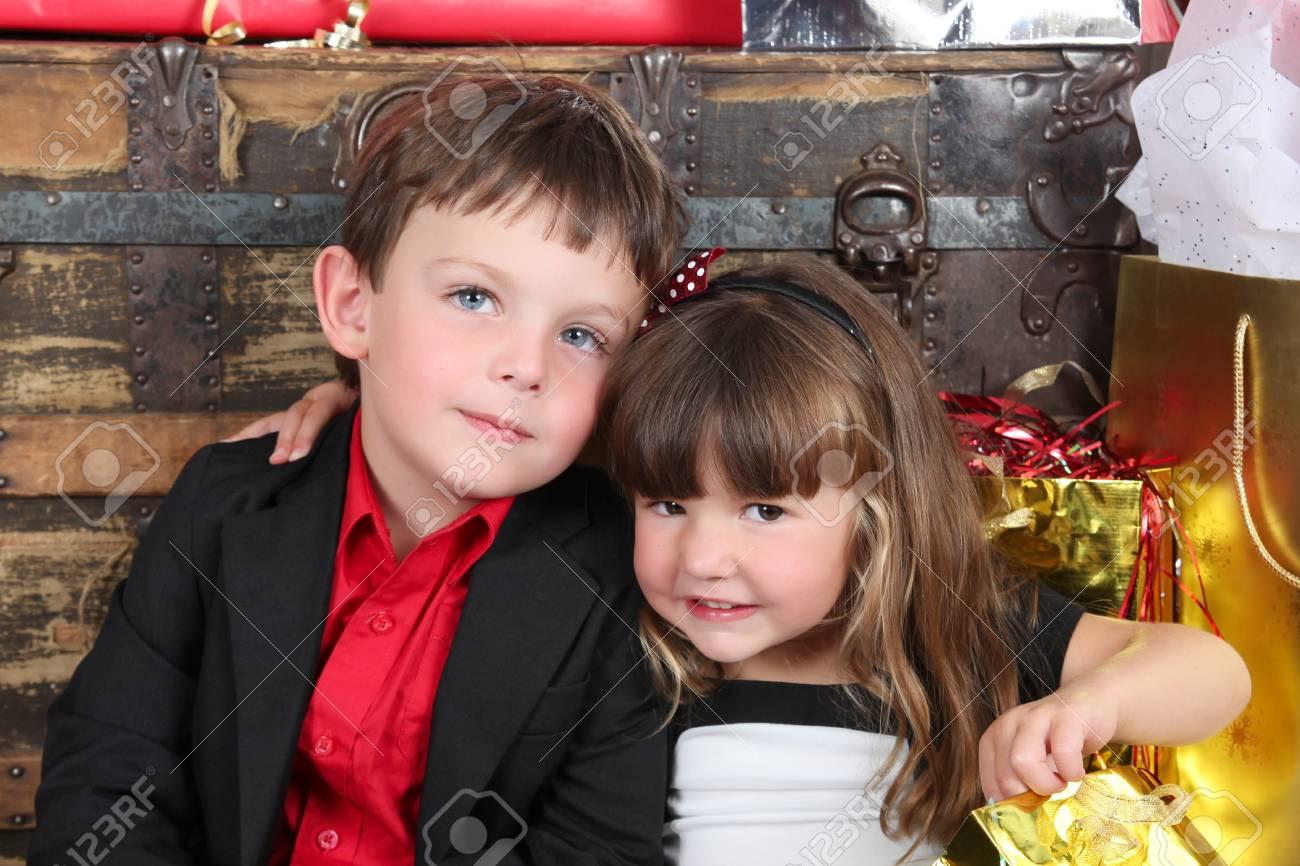 Schön Gekleidet Bruder Und Schwester Eröffnung Weihnachtsgeschenke ...