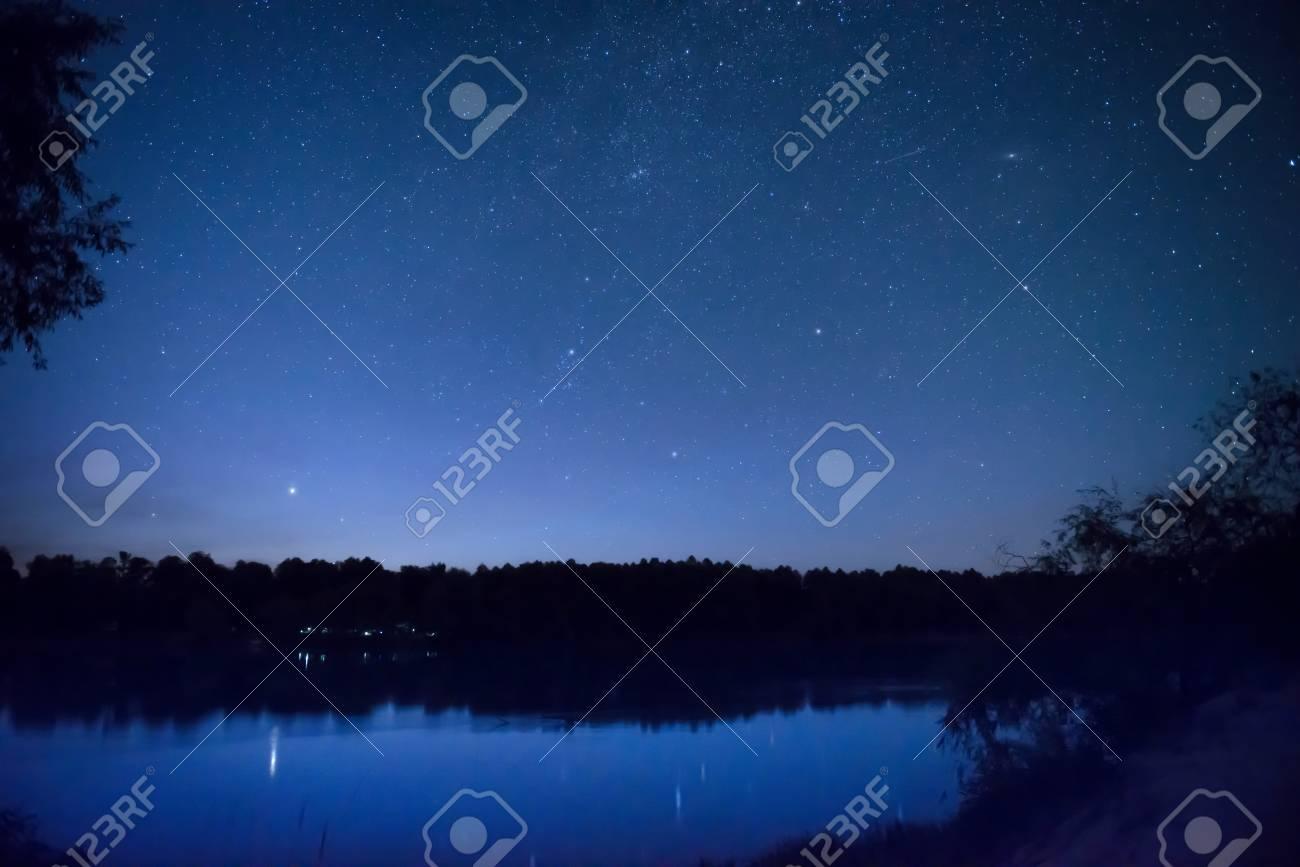 best sell no sale tax new design Beau ciel bleu nuit avec de nombreuses stars sur un lac avec la forêt sur  l'autre côte. réflexion Milkyway dans l'eau