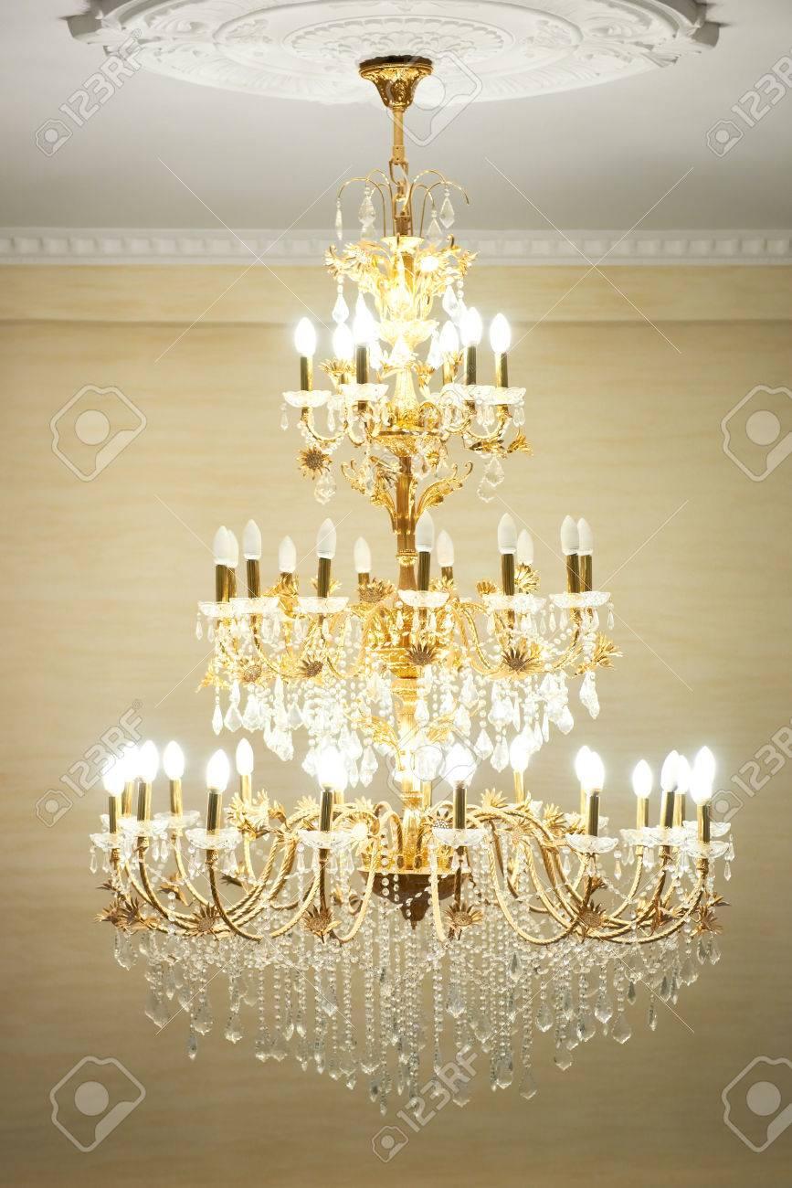 Schöne Kristall Alten Kronleuchter In Einer Halle. Lampe Mit Einem Weichen  Gelben Licht Standard