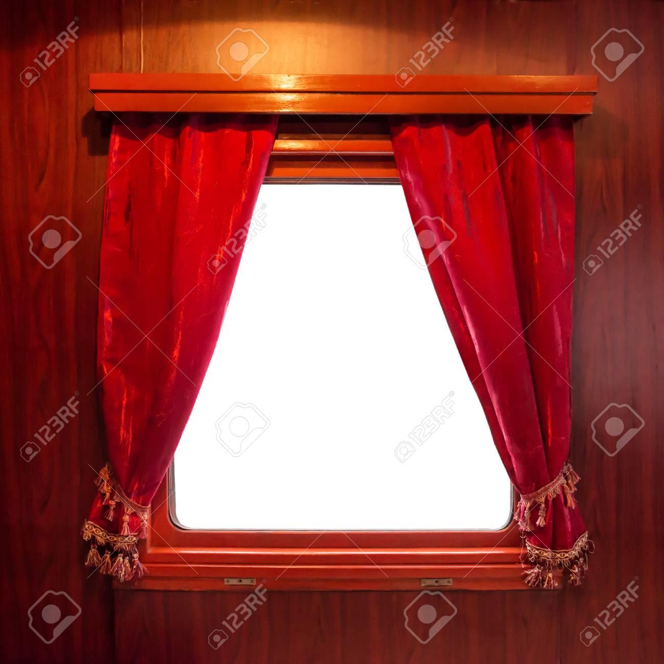 rode gordijnen op het raam gesoleerd op wit gordijnen van oude trein stockfoto 61073611