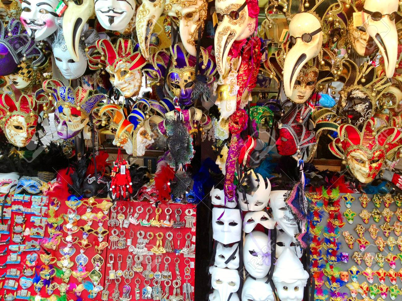 Suveniri - Page 4 69787404-tourist-shop-in-venice-with-many-souvenirs-and-traditional-masks