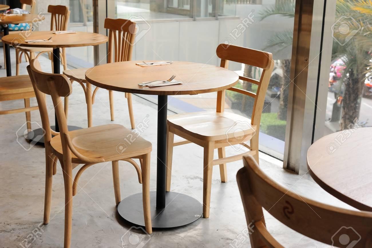 Sedie Per Tavolo Di Vetro.Sedia Di Legno E Tavolo In Caffe Vicino Alla Parete Di Vetro
