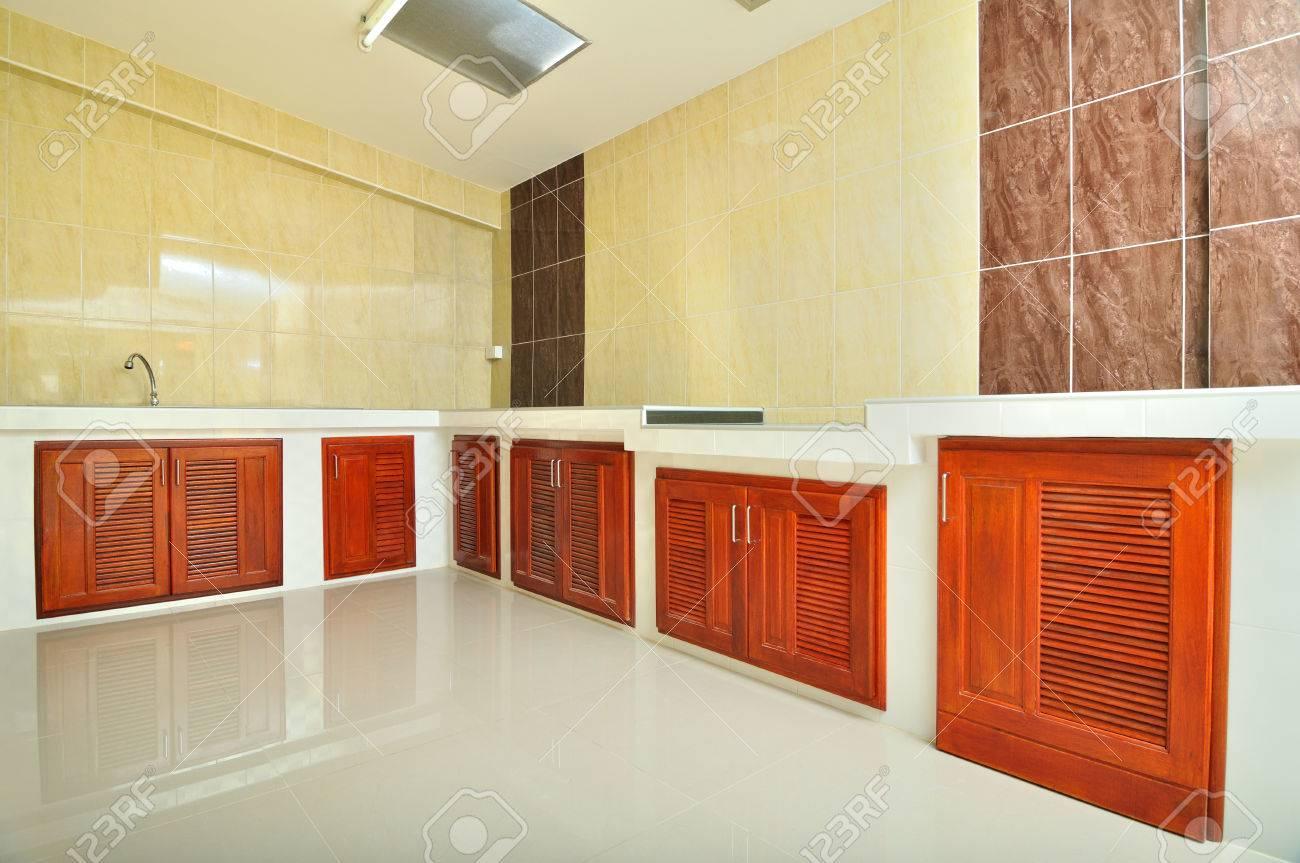 Leere Betongegen Küche Mit Beige Fliesen Wand Lizenzfreie Fotos ...