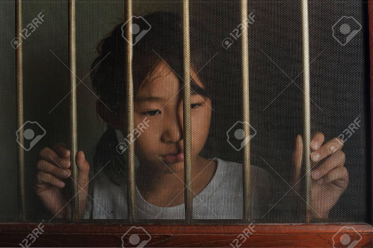 Mood Bilder sad child standing the wire screen window in mood