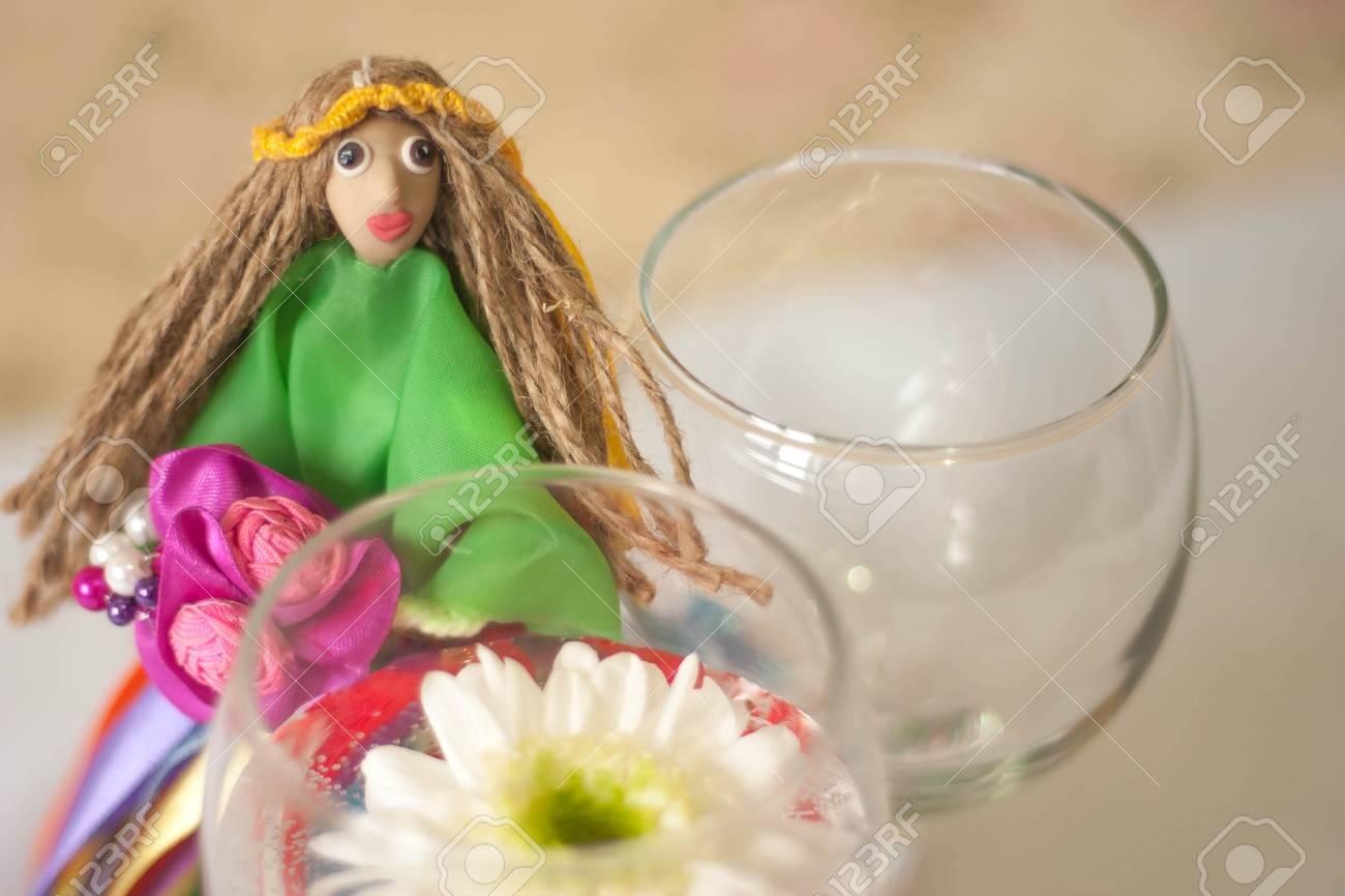 Decoración Para El Arreglo Floral De Mesa Muñeca En Un Vestido Verde Con Cintas Multicolores Y Ramo En Sus Manos Y Con Una Corona De Cintas Amarillas