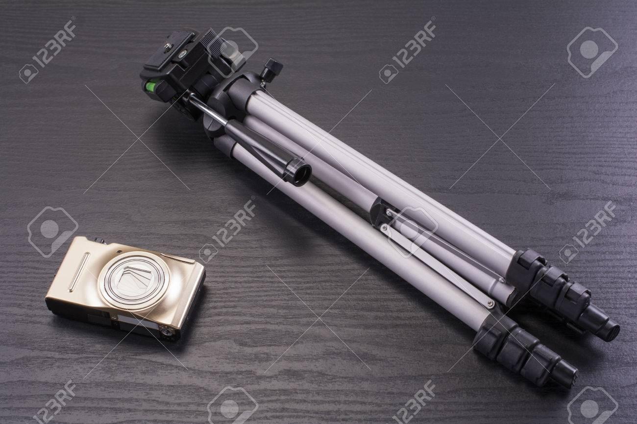 Appareil photo numérique compact et petit trépied sur le bureau