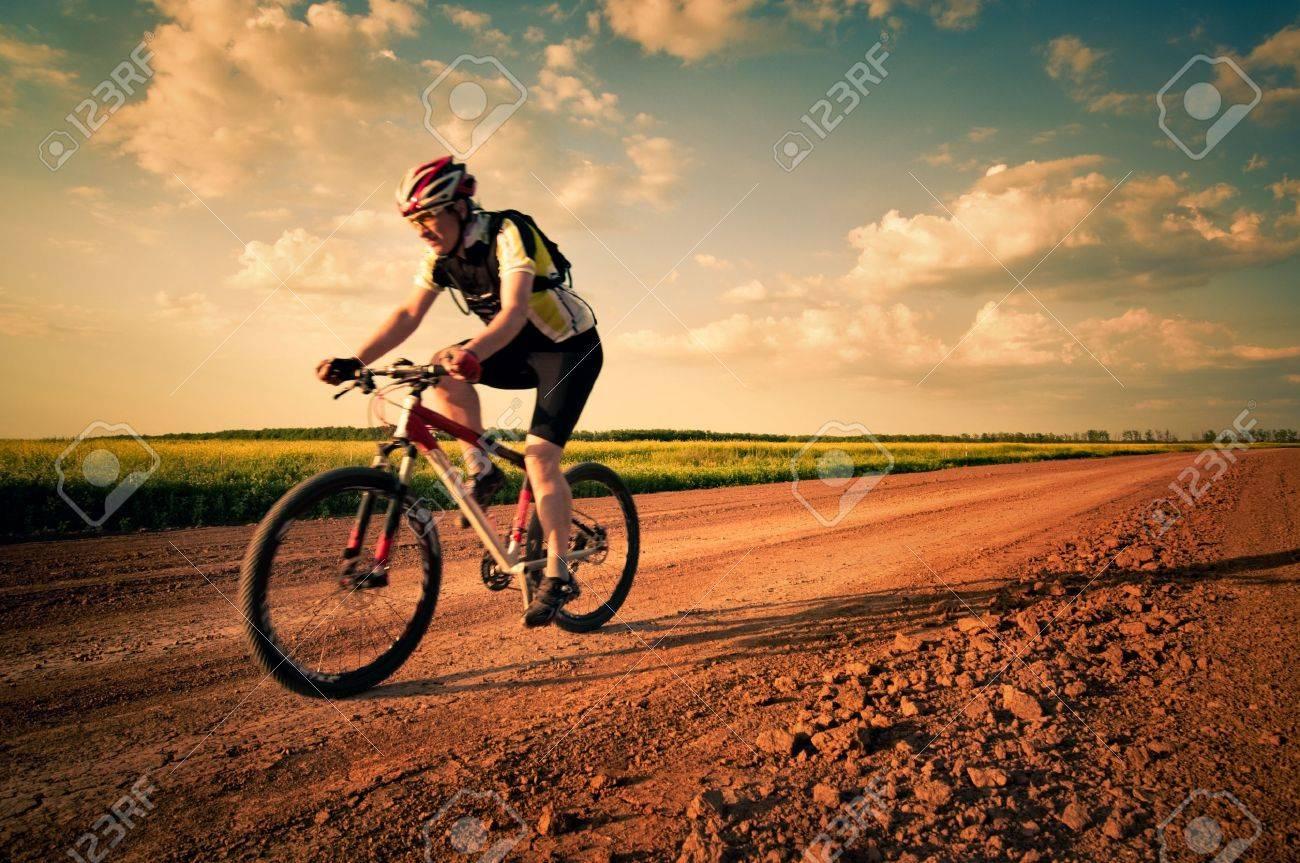 VTT homme extrême en mouvement Banque d'images - 13370301