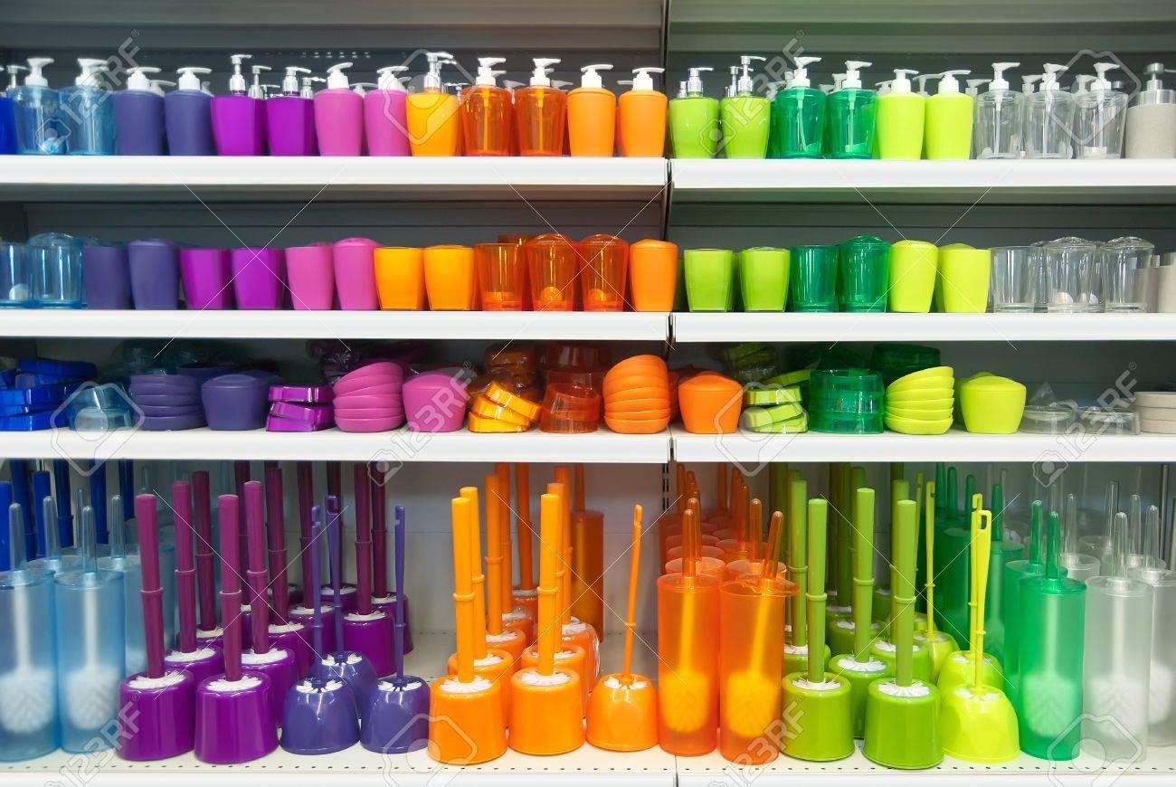 archivio fotografico molti accessori colorati per il bagno in un supermercato