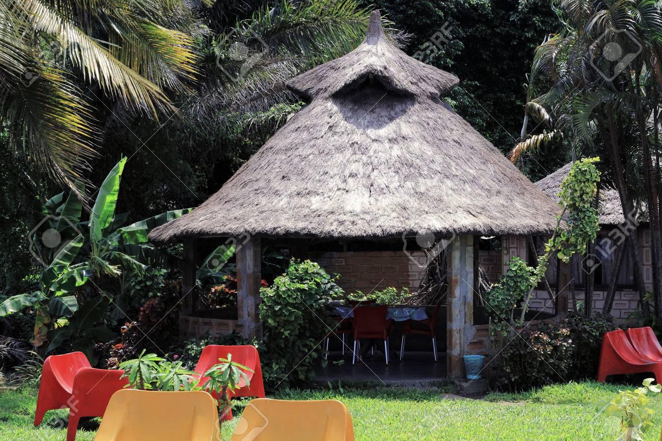 Plan D Une Case Africaine café à la forme d'une case africaine avec un toit de chaume, au milieu  d'une végétation tropicale