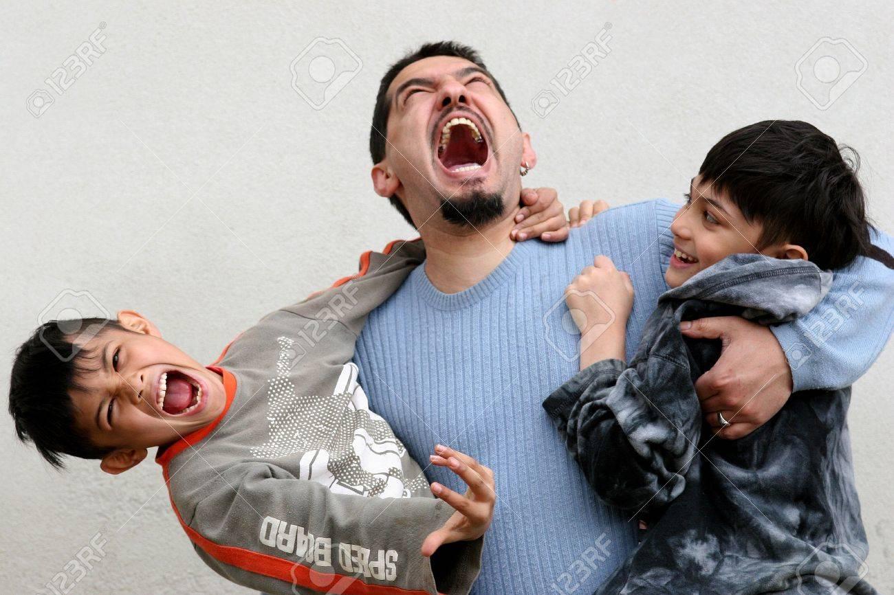 Padre jugando con sus hijos  Foto de archivo - 439296