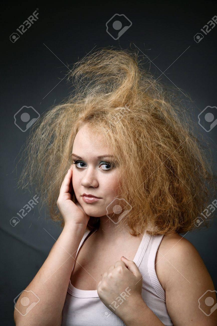 Femme Hirsute Photo une image de la femme hirsute drôle. portrait sur fond sombre banque