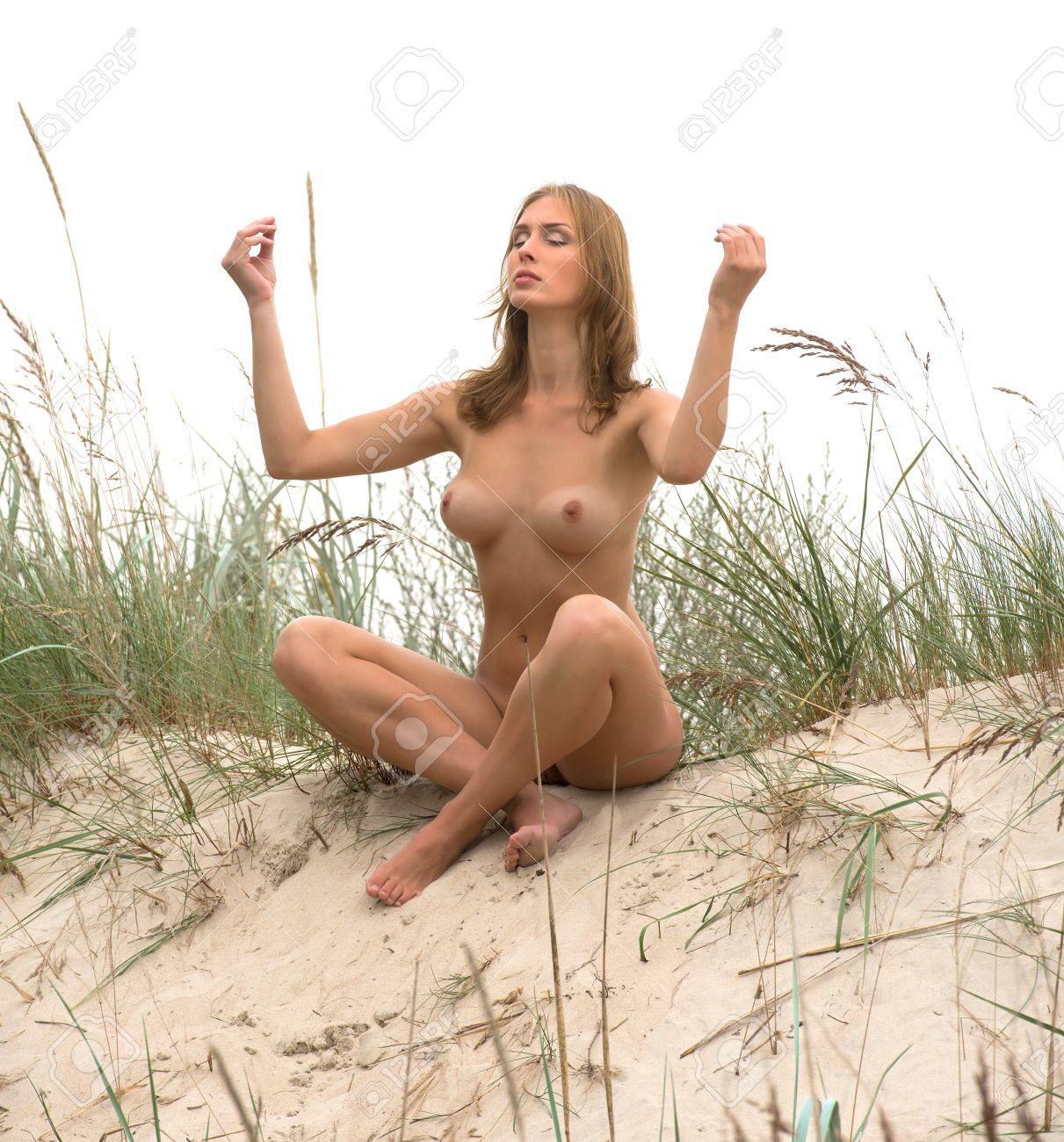 Сидит голая женщина 25 фотография