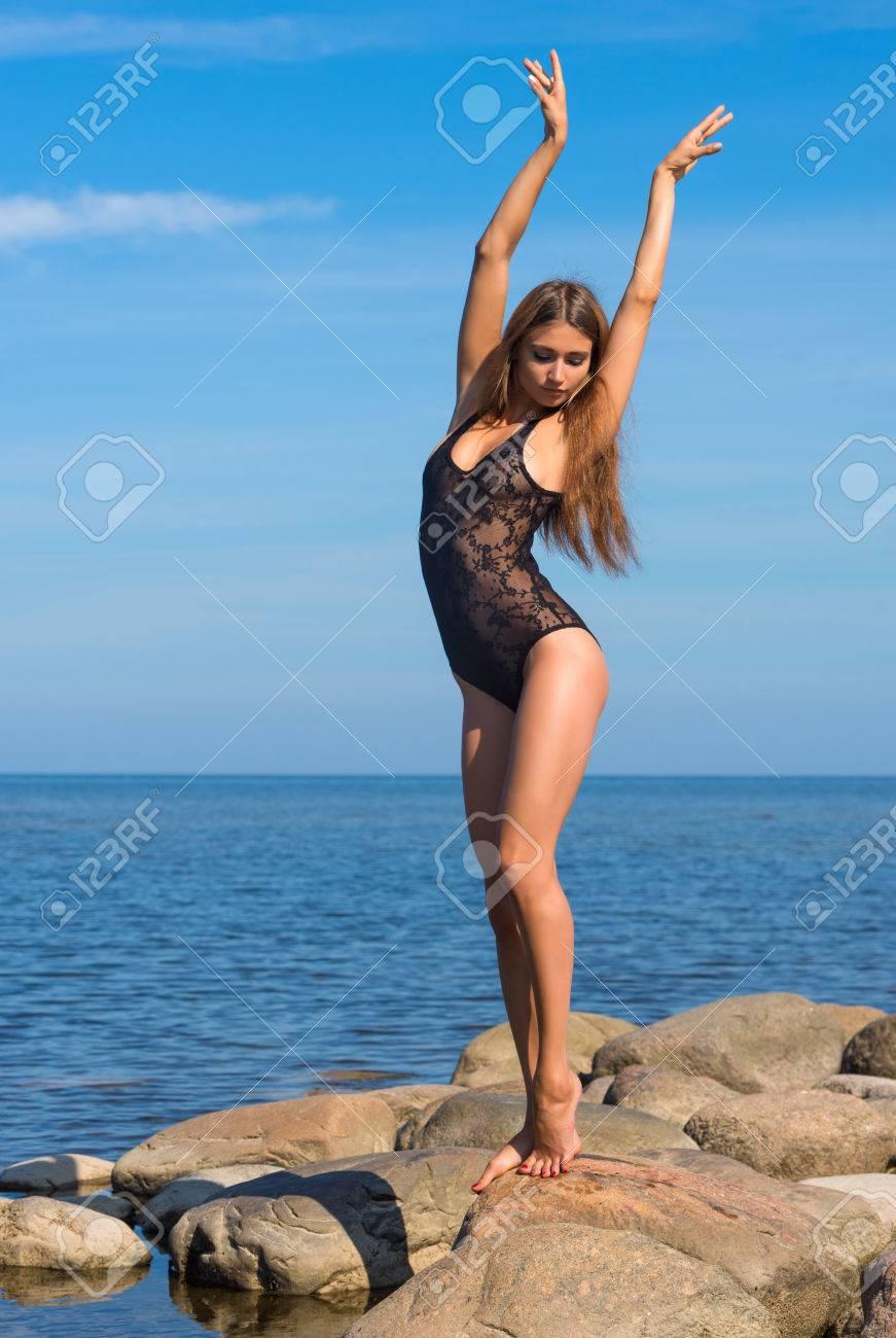 6062ee9b5 Foto de archivo - Joven y bella mujer en traje de baño transparente en la  playa