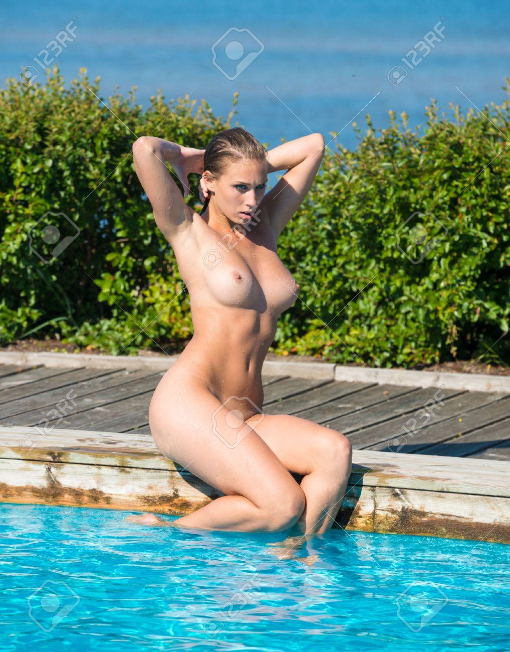 Mädchen im schwimmbad nackt