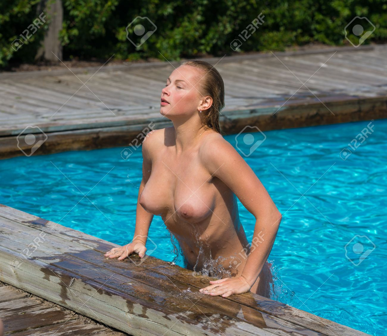 Im schwimmbad nackt frau Nackte Frau
