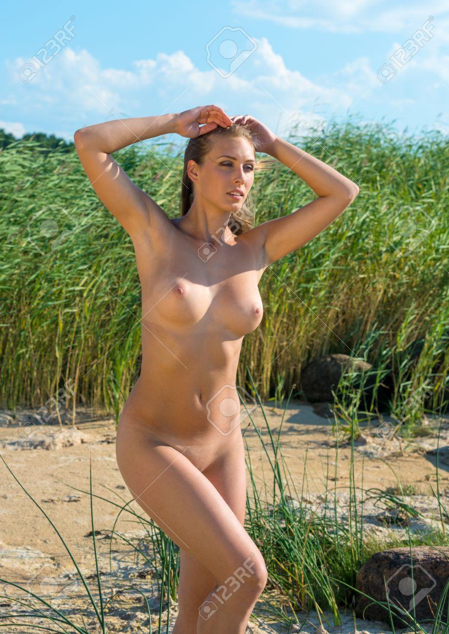 Frauen nackt in der natur