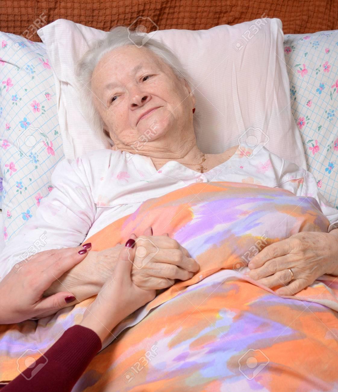 Résultats de recherche d'images pour «vieille femme et enfants à l'hôpital»