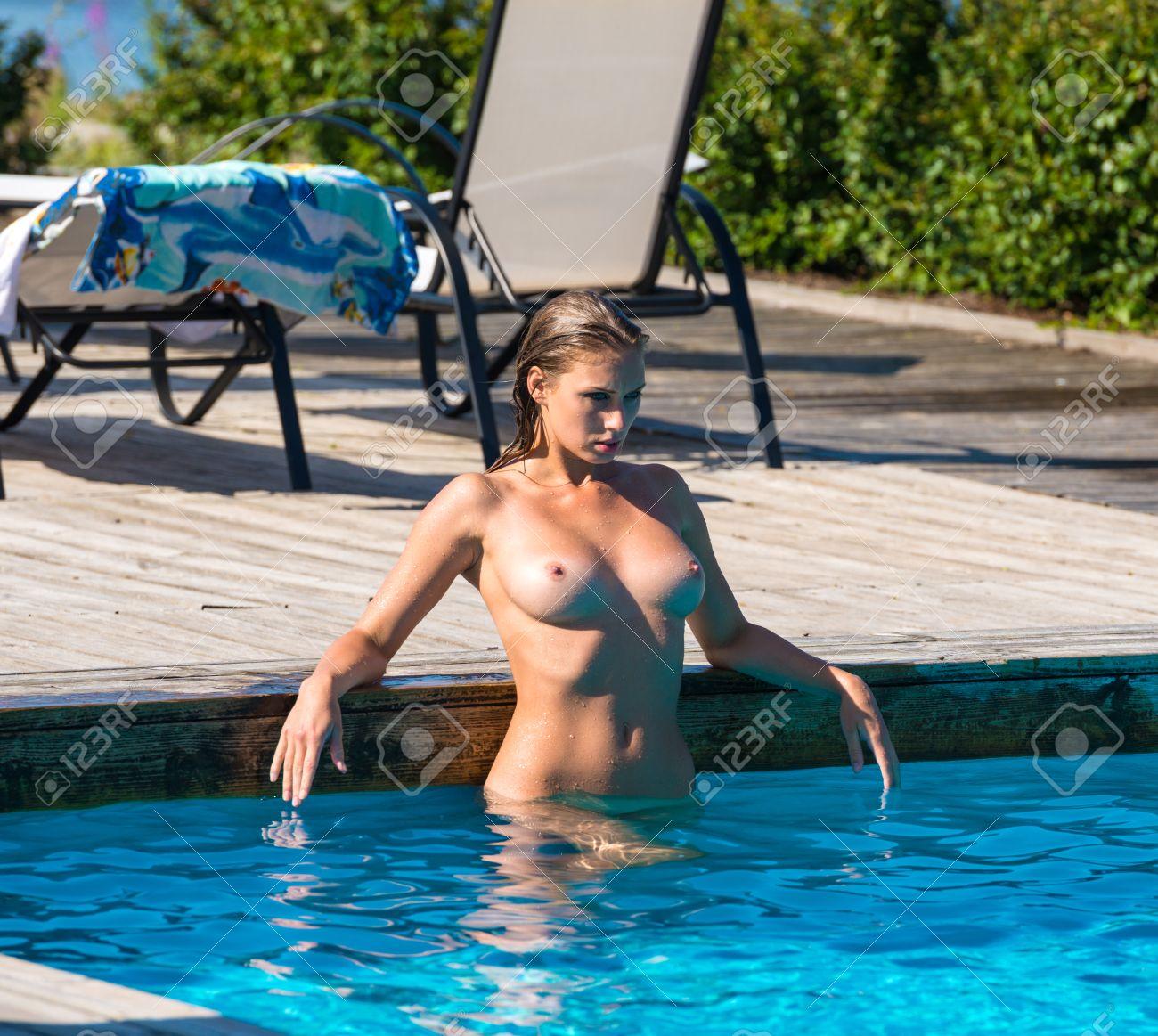 Femme Nue Piscine belle jeune femme nue été amuser dans la piscine banque d'images et
