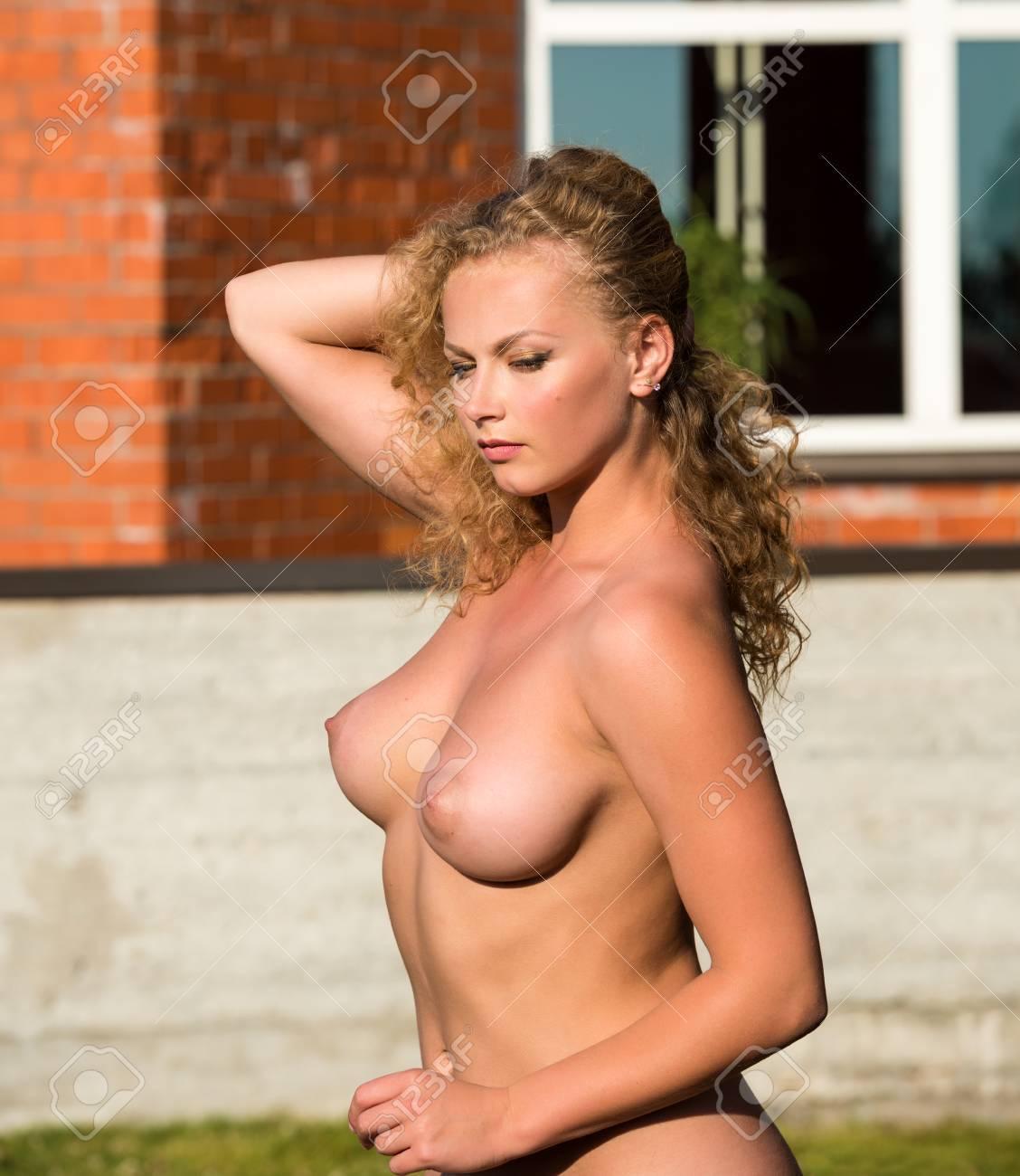 Belle Jeune Femme Nue Ete Jouissant Banque D Images Et Photos Libres De Droits Image 40063235