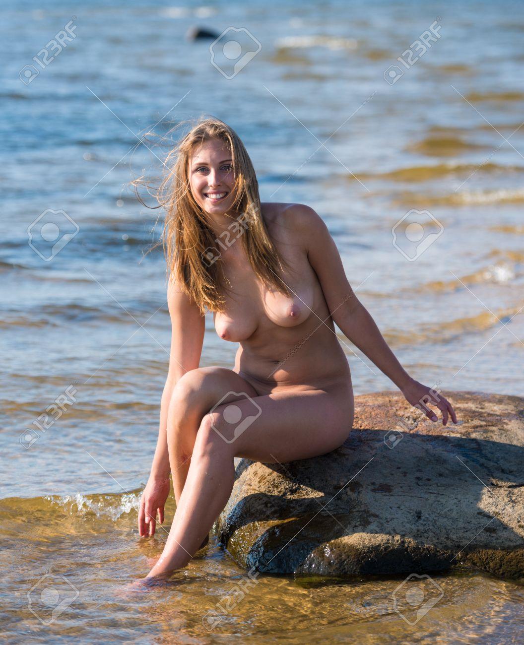 hübsche frauen im meer nackt