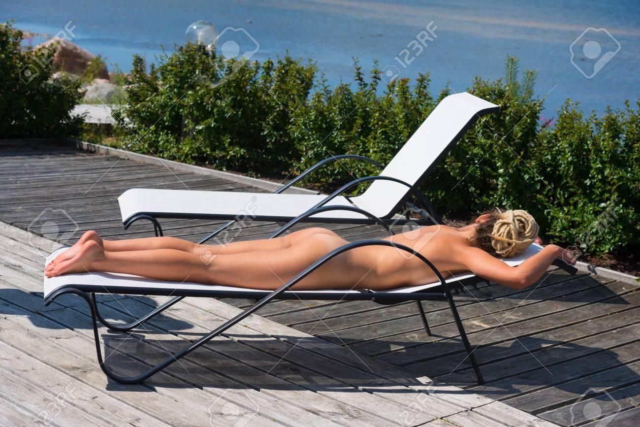frau nackt im liegestuhl
