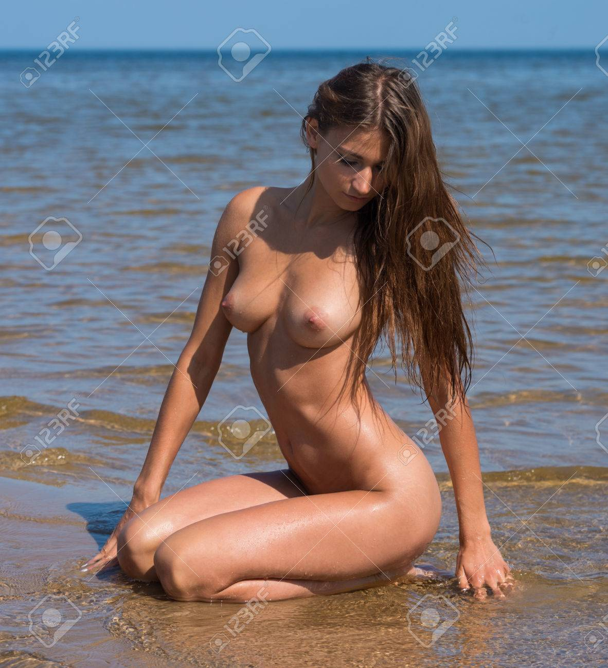 Frau jung nackt Das Mädchen