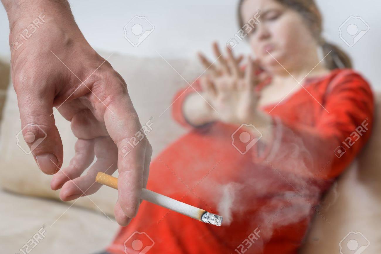 Passief Roken Tijdens De Zwangerschap De Egoïstische Man Rookt