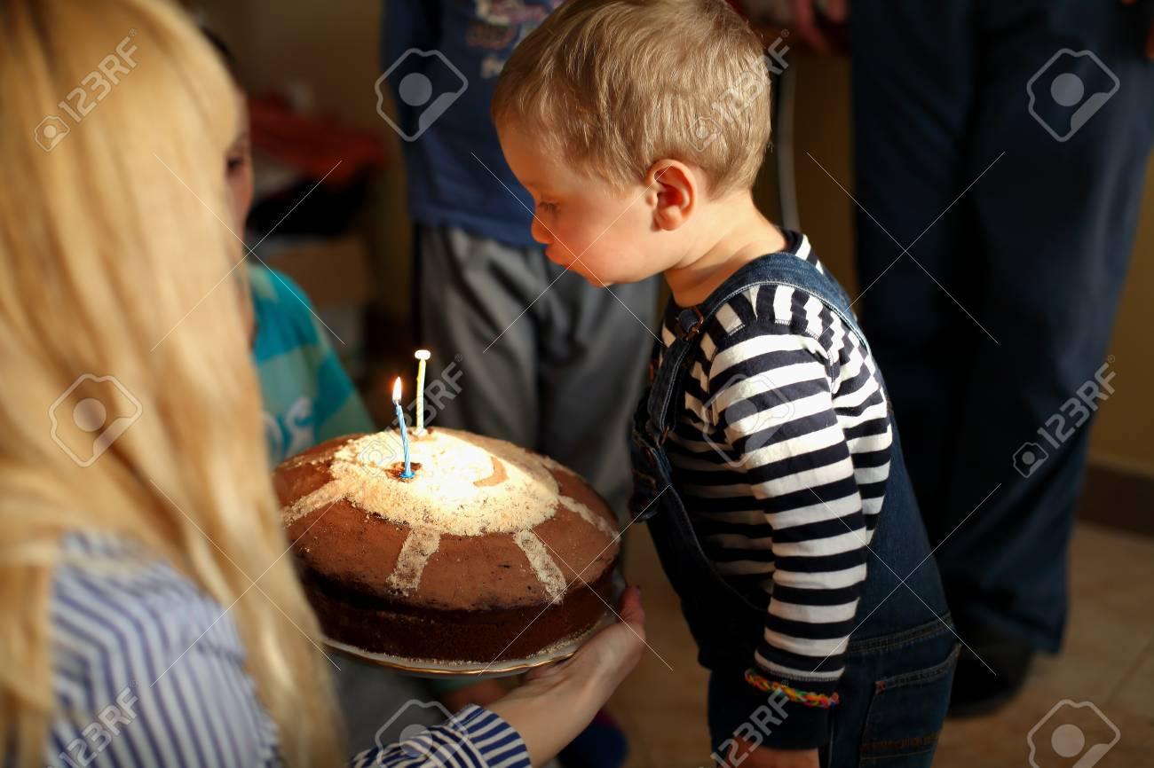 Boy 2 Jahre Blast Kerze Auf Dem Kuchen Zu Seinem Geburtstag