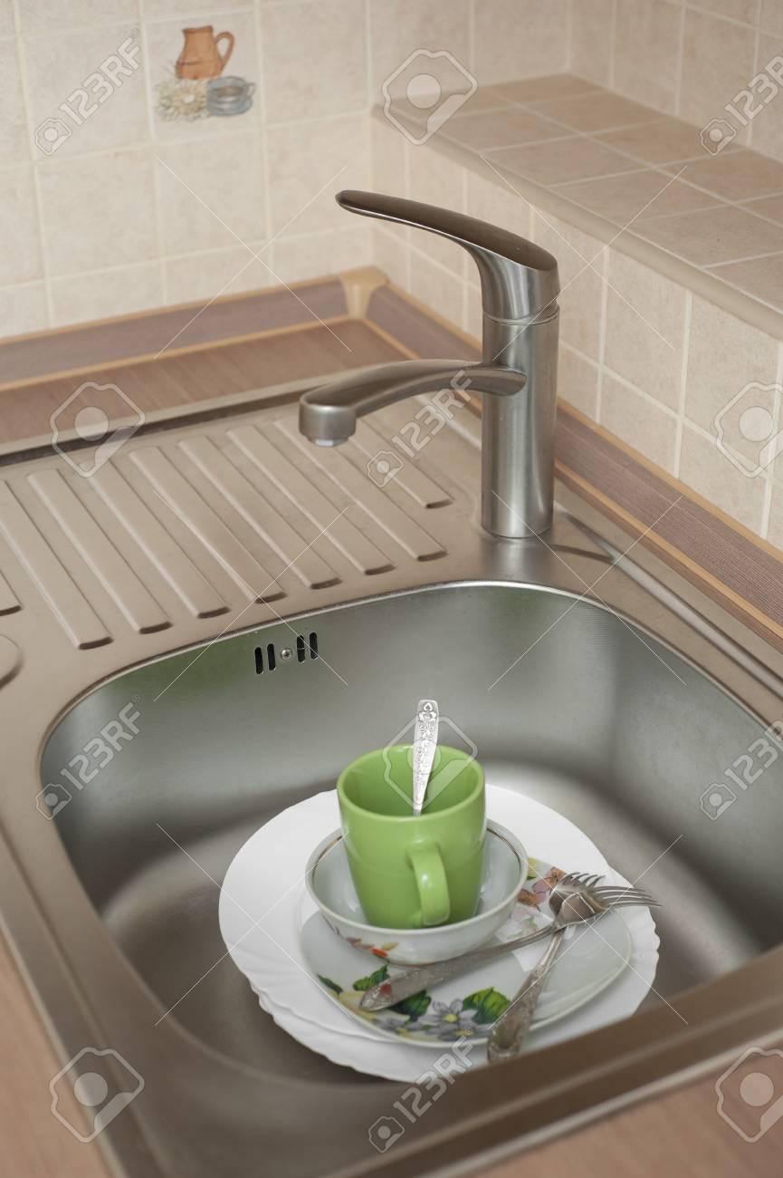 Waschen Sie das Geschirr in der Metall-Waschbecken in der Küche