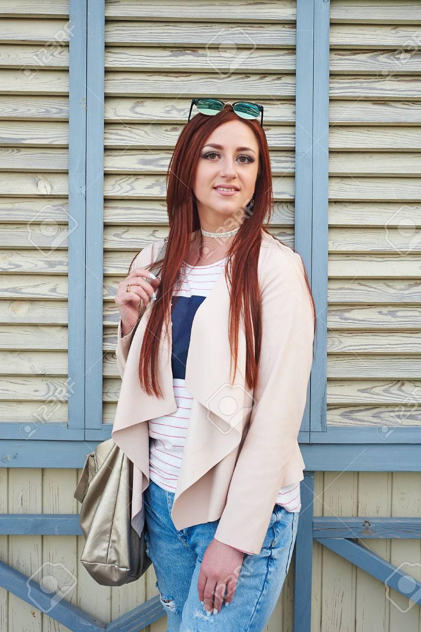 ピンクのジャケットとスタイリッシュなジーンズを着てファッション
