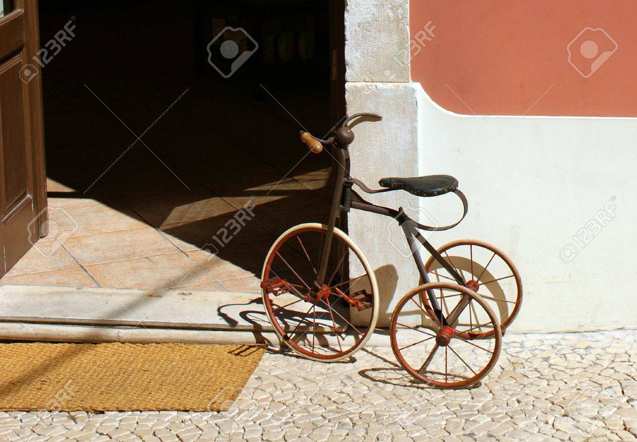 An old child tricycle - 14399389