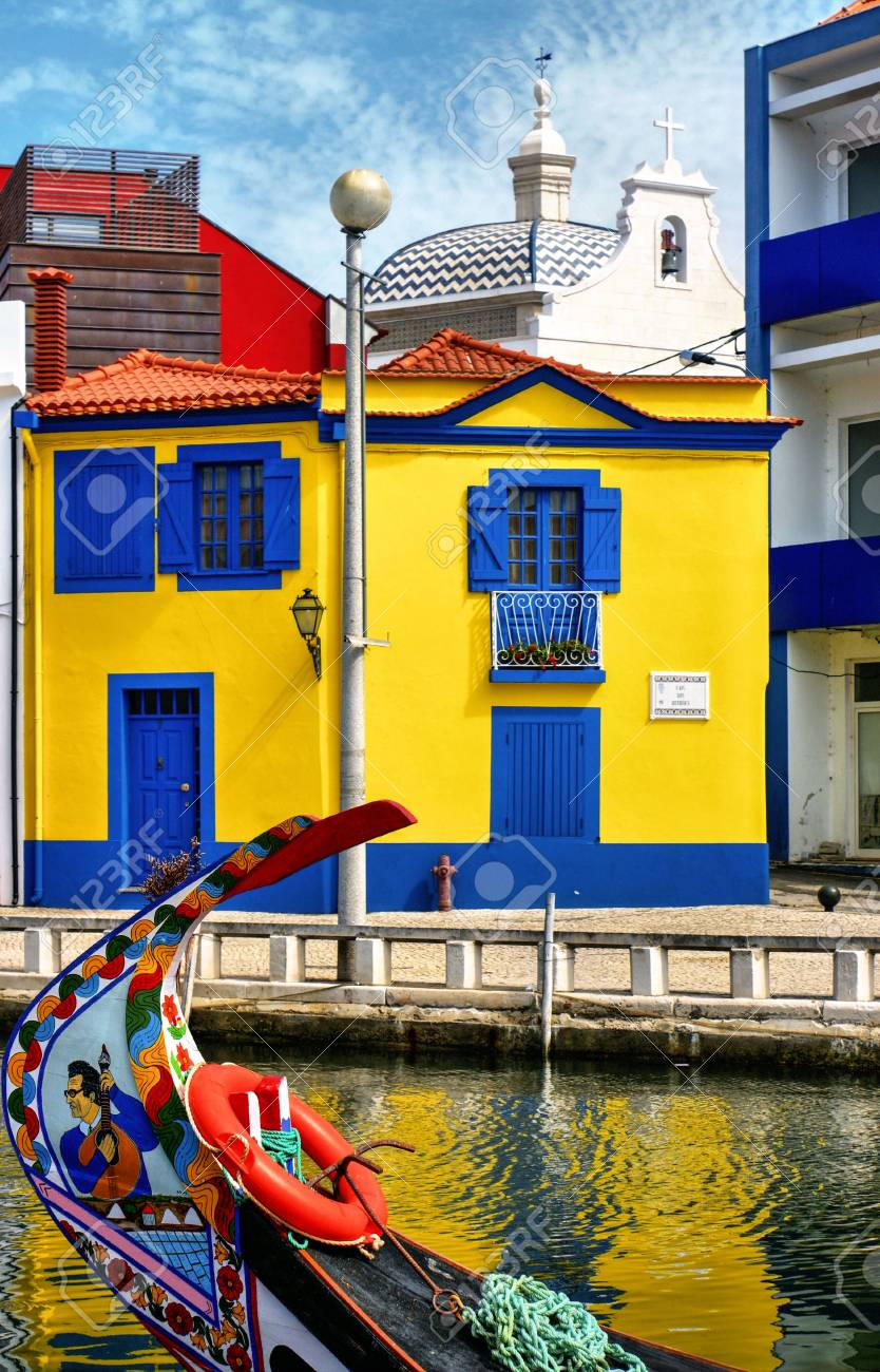 Colorful houses and typical boats in Aveiro, Portugal Stock Photo - 78215598