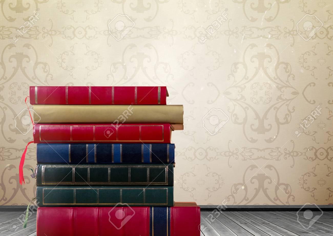 素朴な壁紙によって積み重ねられた本のデジタル合成 の写真素材 画像素材 Image